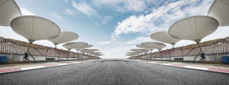 lege asfalt autoracebaan voorkant van stands met abstracte lichten Stockfoto