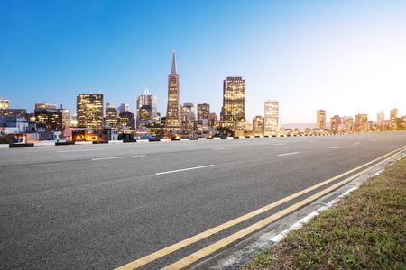 빈 아스팔트 도로 및 새벽 푸른 하늘에 샌 프란 시스 코의 도시 스톡 콘텐츠