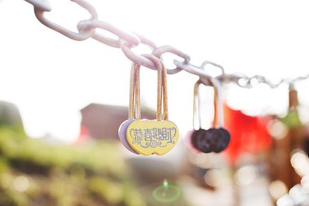 ahorcada: amor cerraduras colgadas en tensión de acero