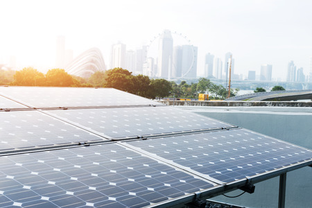 Panel solar y paisaje urbano de Singapur en el cielo azul