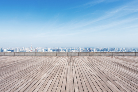 empty wooden floor and cityscape of tokyo in blue cloud sky Banque d'images