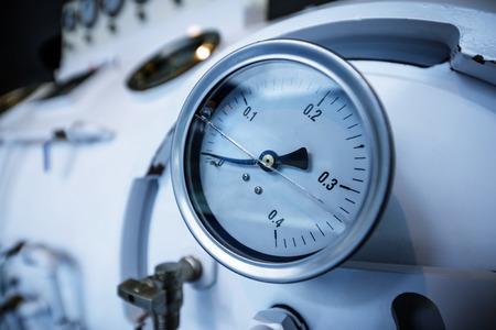 Nahaufnahme des Barometers in der Erdgasproduktionsindustrie