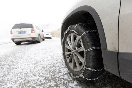 chained tyre Standard-Bild - 102919915