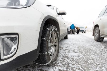 chained tyre Standard-Bild - 102935865