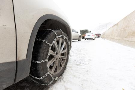 chained tyre Standard-Bild - 102936616