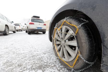 chained tyre Standard-Bild - 102919918