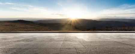 leerer Ziegelboden mit Sonnenaufgang Standard-Bild