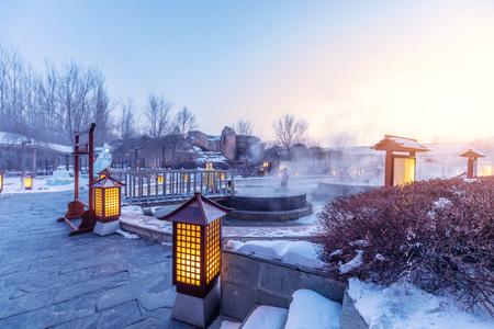aguas termales al aire libre en jilin por la noche