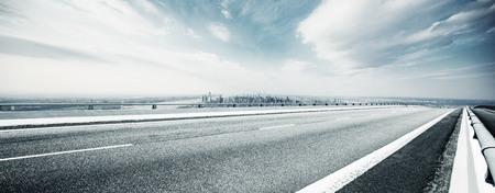 Carretera vacía a través de la ciudad moderna. Foto de archivo