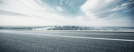 Carretera vacía a través de la ciudad moderna.