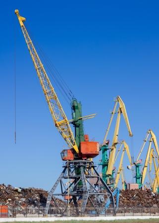 scrap metal: Le gru massa distribuendo carico di rottami metallici in un piccolo porto sul Mar Nero Ucraina Archivio Fotografico