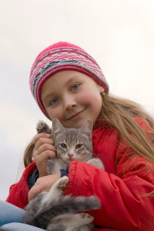keeps: Young girl keeps gray a kitty on hand