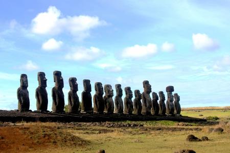 moai: Quince moai mirando hacia el interior, en Ahu Tongariki, Isla de Pascua