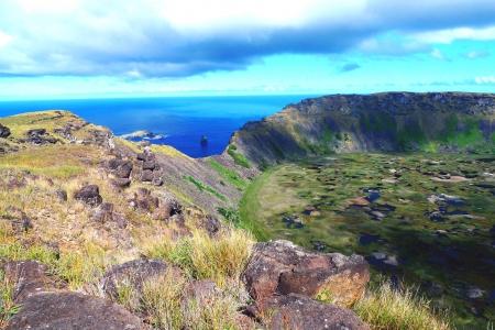 rapa nui: Rano Kao cráter del volcán y la isla Birdman, Isla de Pascua, Chile