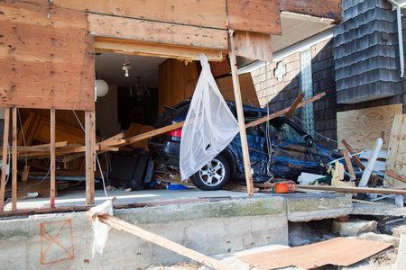 Far Rockaway, NY - 11 de noviembre: Coche Destruido en las consecuencias del huracán de arena el 11 de noviembre de 2012 en Far Rockaway, NY Foto de archivo - 16286898