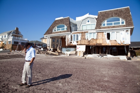 FAR ROCKAWAY, NY - NOVEMBER11: Insurance company adjuster examining damage  in the aftermath of Hurricane Sandy on November11, 2012 in Far Rockaway, NY Redactioneel