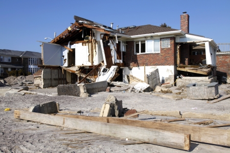 FAR ROCKAWAY, NY - NOVEMBER 11: Destroyed beach houses in the aftermath of Hurricane Sandy on November 11, 2012 in Far Rockaway, NY 新聞圖片