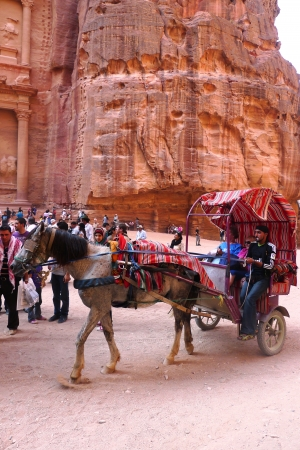 PETRA, JORDAN - NOVEMBER 16: Horse carriage in  front of the ancient Treasury on November 16, 2010 in Petra, Jordan.  Petra has been a UNESCO World Heritage Site since 1985 報道画像