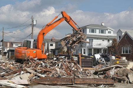loin: Far Rockaway, NY - 28 f�vrier: La reconstruction se poursuit dans la zone d�vast�e quatre mois apr�s l'ouragan de sable sur F�vrier 28, 2013 � Far Rockaway, NY �ditoriale