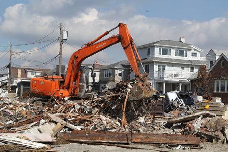 messze: FAR ROCKAWAY, NY - február 28: újjáépítése folytatódik elpusztított területen négy hónap után Sandy hurrikán február 28, 2013-ban Far Rockaway, NY