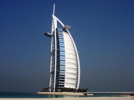DUBAI, Verenigde Arabische Emiraten - 24 oktober: Burj Al Arab hotel op 24 oktober 2007 in Dubai. Burj Al Arab is een luxe 7-sterren hotel en een van de meest luxueuze in de wereld. Het werd gebouwd op een kunstmatig eiland.
