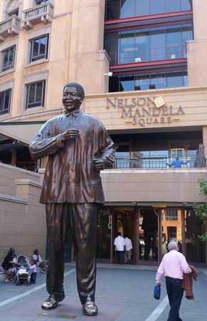 nelson mandela: JOHANNESBURG, SOUTH AFRICA - SEPTEMBER 8: Statue of Nelson Mandela  on September, 8, 2009 in Johannesburg. 6-meters statue was installed at Nelson Mandela square in 2004