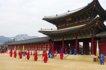 ソウル, 韓国 - 1 月 22 日: 式典の変更 2009 年 1 月 22 日に複雑なソウルの景福宮で警備員。警備員はページェントでカラフルなユニフォームを着用し