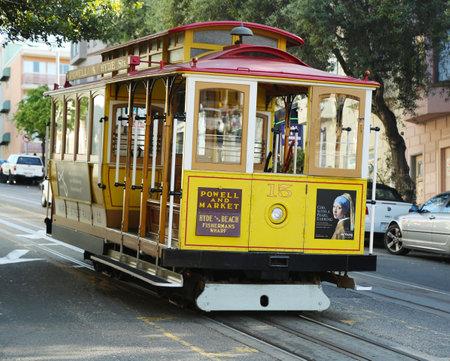Permanent: SAN FRANCISCO-28 maart: De beroemde kabelbaan op 28 maart 2013 in San Francisco, USA. De San Francisco kabelbaan is wereldwijd laatste permanent handbediende kabelbaan systeem Redactioneel