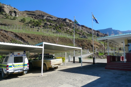 landlocked: SANI PASS,LESOTHO -SEPTEMBER 19: Police cars at Sani Pass border control between South Africa and Lesotho on September 19, 2009. The Kingdom of Lesotho is a landlocked country and enclave