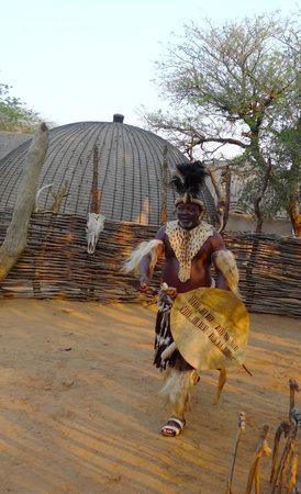 tribu: ZULULAND, Sudáfrica - 14 de septiembre: Zulu Jefe de Shakaland Zulu Village el 14 de septiembre de 2009. Un centro cultural único construido en el set de películas Shaka Zulu y John Ross