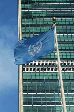 quartier g�n�ral: Drapeau des Nations Unies devant l'ONU si�ge � New York