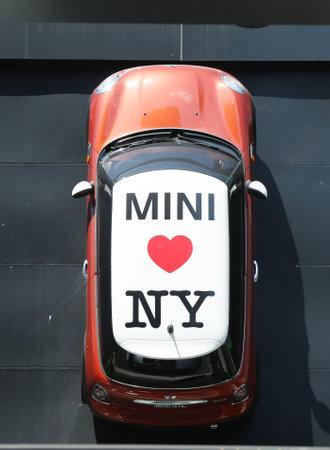głosowało: NEW YORK CITY - 18 lipca: Mini Cooper dealerskiej na Manhattanie w dniu 18 lipca 2013 roku. W 1999 roku został uznany za mini drugą najbardziej wpływową samochód z 20 wieku, za Ford Model T
