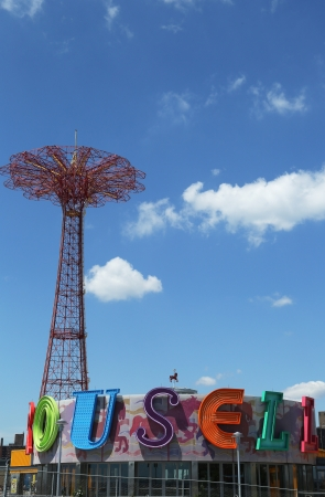 BROOKLYN, NEW YORK - JULY 30  Parachute jump tower and restored historical B B carousel in Brooklyn on July 30, 2013  Jump tower has been called the  Eiffel Tower of Brooklyn  Banco de Imagens - 21274553