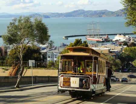 Permanent: SAN FRANCISCO-28 maart De beroemde kabelbaan op 28 maart 2013 in San Francisco, Verenigde Staten San Francisco kabelbaan is wereldwijd laatste permanent handbediende kabelbaan systeem
