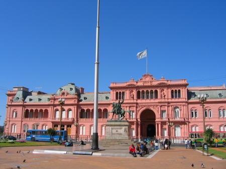 peron: BUENOS AIRES, ARGENTINA - SEPTEMBER 28  Casa Rosada  pink house  in Buenos Aires on September 28, 2003 La Casa Rosada is the official seat of the executive branch of the government of Argentina   Editorial
