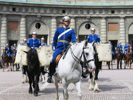 ceremonial clothing: STOCKHOLM, SWEDEN - AUGUST 5  The ceremony of changing the Royal Guard on August 5, 2005  It is the King of Sweden s guard of honor and is responsible for the protection of the Royal Family  Editorial