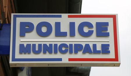 delincuencia: LYON, FRANCIA - 09 de octubre signo polic�a municipal en Lyon el 9 de octubre de 2013, la Polic�a Municipal son la Polic�a Local de pueblos y ciudades en Francia bajo la autoridad directa del Alcalde