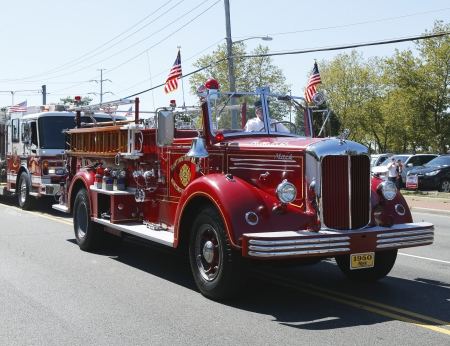 HUNTINGTON, NY - 07 de septiembre 1950 Mack cami�n de bomberos del Departamento de Bomberos de Huntington Manor llevando camiones de bomberos desfile en Huntington el 07 de septiembre 2013 Huntington Manor cuerpo de bomberos organizado en 1903
