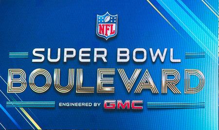 seahawks: NUEVA YORK - 30 de enero de Super Bowl bulevar cartel en Broadway durante el Super Bowl XLVIII semana en Manhattan el 30 de enero 2014 Super Bowl bulevar diseñado por GMC se convirtió en una atracción principal en Nueva York Editorial