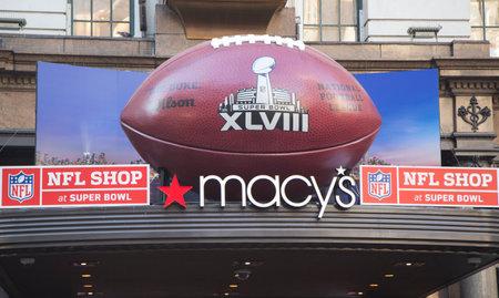 seahawks: NUEVA YORK - 30 de enero gigante F�tbol en Macy s Herald Square en Broadway durante el Super Bowl XLVIII semana en Manhattan el 30 de enero 2014 Macy s Herald Square es una tienda oficial de la NFL en el Super Bowl