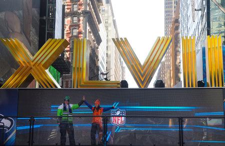 seahawks: NNEW YORK - 30 de enero los aficionados de Seattle y Denver Broncos Seahawlks posando para la imagen cerca de los n�meros romanos en Broadway durante el Super Bowl XLVIII semana en Manhattan el 30 de enero 2014 Editorial