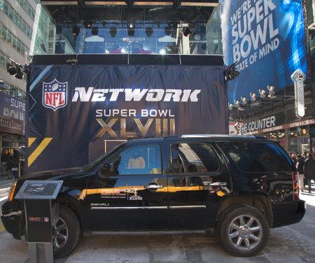 ニューヨーク - 1 月 30 日 GMC NFL ネットワーク前面 SUV 放送セット GMC によって設計されスーパー ボウル大通り、スーパー ボウル XLVIII 週の間に 2014 年 1 月 30 日にマンハッタンのブロードウェイ 写真素材 - 25540758