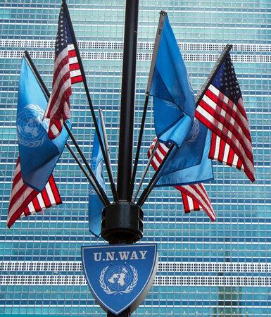 quartier g�n�ral: NEW YORK - 20 mars drapeaux des Nations Unies et des �tats-Unis � l'avant du si�ge des Nations Unies � New York le 20 Mars, 2014 �ditoriale