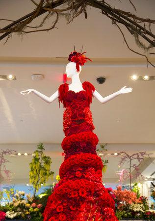 flower show: NEW YORK - 1 aprile Incredibile 14 piedi di altezza Lady in Red costruita da oltre 2.000 fiori in varie tonalit� di rosso � un pezzo centro della famosa Flower Show Macy s al Herald Square il 1 Aprile 2014