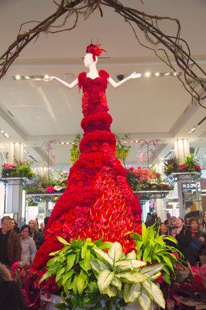 flower show: NEW YORK - 1 aprile Incredibile 14 piedi di altezza Lady in Red costruito da oltre 2.000 fiori in varie tonalit� di rosso � un elemento centrale della famosa Flower Show Macy s al Herald Square il 1 Aprile 2014 Editoriali