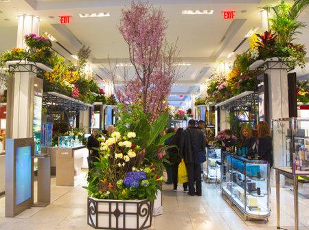 flower show: NEW YORK - 1 aprile Il fiore tema decorazione Secret Garden durante la famosa Macy s Flower Show annuale nel department store al Herald Square nel centro di Manhattan il 1 Aprile 2014 Editoriali