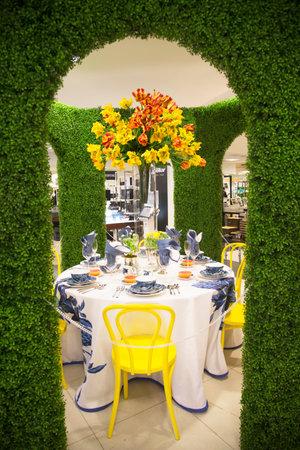macys: NEW YORK - 1 Aprile Il fiore tema decorazione Secret Garden durante la famosa Macy s Flower Show annuale nel department store al Herald Square nel centro di Manhattan il 1 Aprile 2014