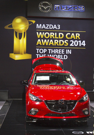 finalistin: NEW YORK - 24. April Mazda 3 Auto an der 2014 New York International Auto Show l�uft von April 18-27 2014 in New York Mazda 3 ist ein Finalist oberen Baum World Car Awards 2014