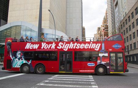 最高の 2 階建てバスやデラックスのモーター コーチ ツアーのソースは、ニューヨーク市-4 月 27 ニューヨーク観光ホップのホップで灰色ライン ニュ 報道画像