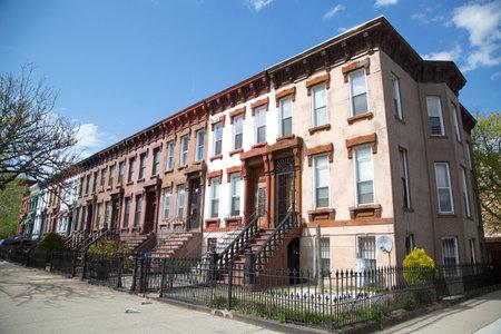 New York City brownstones in de omgeving Bedford Stuyvesant in Brooklyn Redactioneel